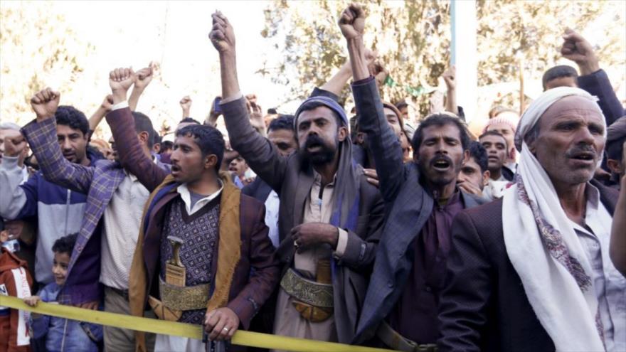 Yemeníes reciben a los prisioneros recién liberados en el aeropuerto de Saná, Yemen, 28 de noviembre de 2019. (Foto: AFP)