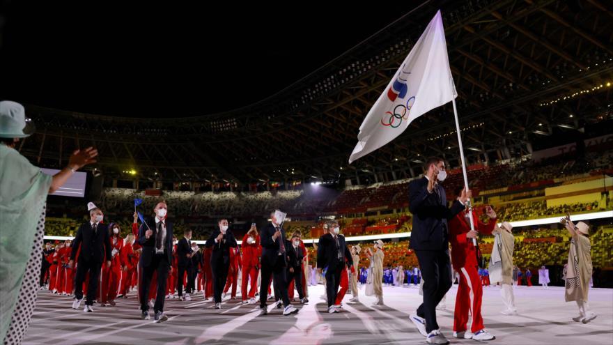 Abanderados de Rusia (ROC) desfilan en la inauguración de los Juegos Olímpicos de Tokio 2020, 23 de julio de 2021. (Foto: AFP)