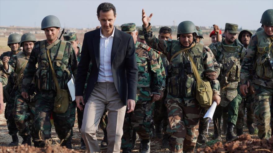 El presidente sirio, Bashar al-Asad, se reúne con un grupo de soldados del Ejército en Idlib (noroeste), 22 de octubre de 2019. (Foto: SANA)