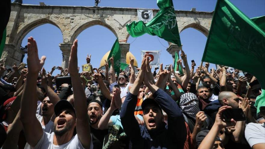 Palestinos sostienen banderas de HAMAS en una protesta contra el desalojo de residentes de Sheij Yarrah, Al-Quds, 7 de mayo de 2021. (Foto: Reuters)