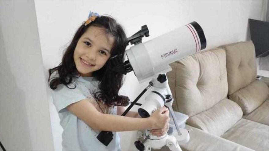 Nicole Oliveira, astrónoma brasileña, de 8 años, que ha descubierto siete asteroides.