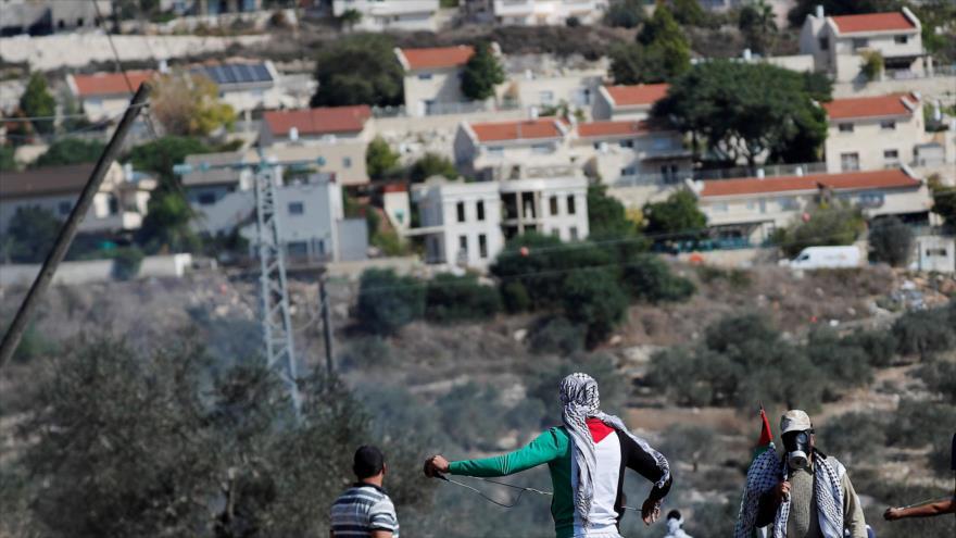 Manifestantes palestinos frente a un asentamiento israelí durante una protesta,en Kafr Qadum en la Cisjordania ocupada, 13 de noviembre de 2020. (Foto: Reuters)