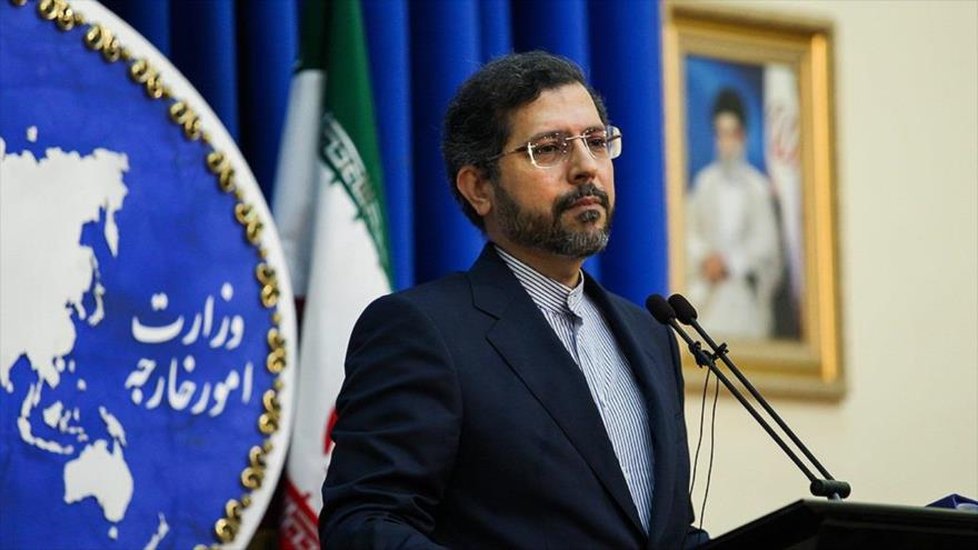 El portavoz de la Cancillería iraní, Said Jatibzade, ofrece una rueda de prensa en Teherán, capital, 28 de junio de 2021. (Foto: FARS)
