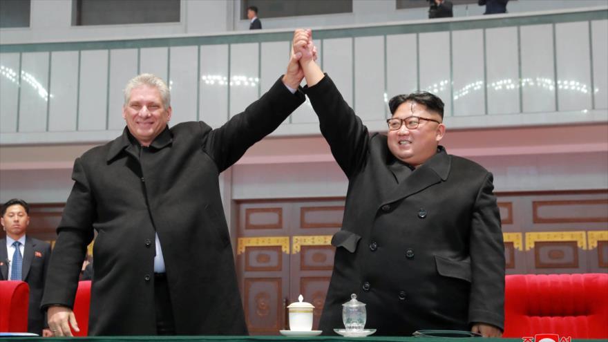 El líder norcoreano, Kim Jong-un (izda.), recibe al presidente de Cuba, Miguel Díaz-Canel, en Pyongyang, 4 de noviembre de 2018.