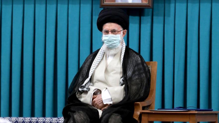 El Líder de Irán, el ayatolá Seyed Ali Jamenei, durante la ceremonia de la convalidación del nuevo presidente Seyed Abrahim Raisi, 3 de agosto de 2021. (Foto: khamenei.ir)