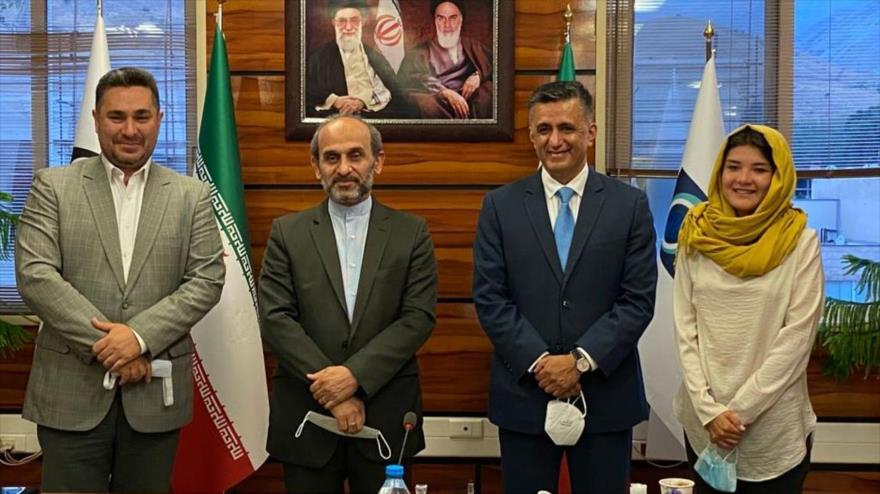 El secretario ejecutivo del ALBA-TCP, Sacha LLorenti (dcha.) en una reunión con altos cargos de la radio televisión iraní.