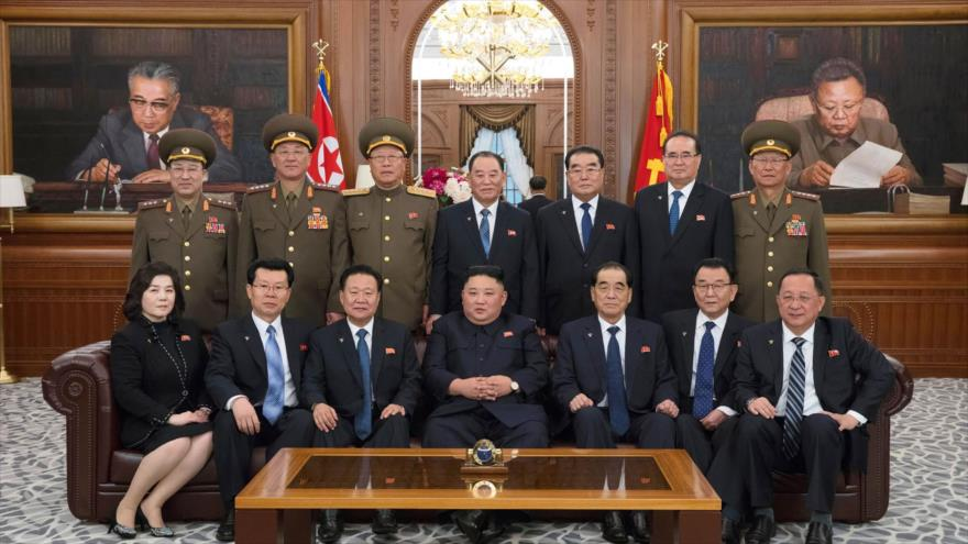 El Líder norcoreano, Kim Jong-un (centro en la 1ª fila) y los miembros de su gabinete, Pyongyang (capital), 12 de abril de 2019. (Foto: AFP)