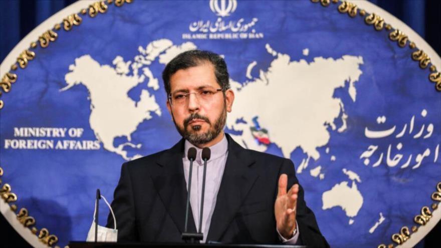 El portavoz de la Cancillería iraní, Said Jatibzade, en una rueda de prensa en Teherán (capital). (Foto: Mehrnews)