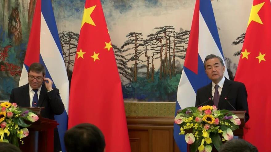 El canciller chino, Wang Yi (dcha.), y su homólogo cubano, Bruno Rodríguez, en una conferencia de prensa en Pekín, 29 de mayo de 2019.
