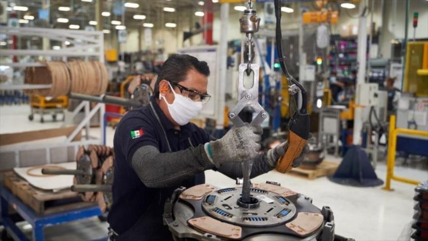 Un trabajador reanuda sus actividades en una fábrica de autopartes que estuvo cerrada por el coronavirus, México, 27 de mayo de 2020. (Foto: AFP)