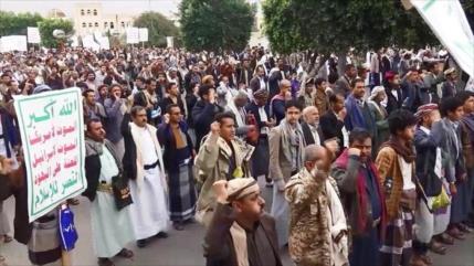 Miles de yemeníes protestan contra bloqueo saudí-estadounidense