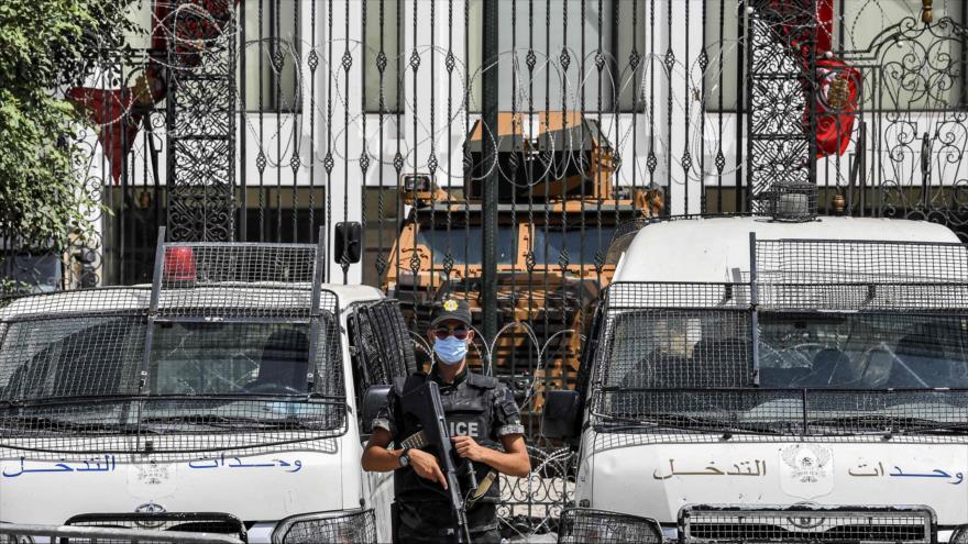 Un miembro de las fuerzas de seguridad de Túnez monta guardia frente a la sede del Parlamento de Túnez, 31 de julio de 2021. (Foto: AFP)