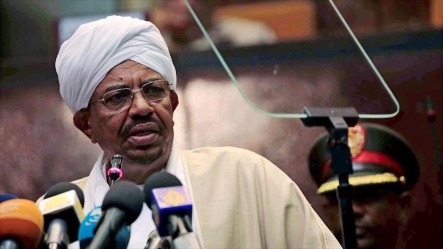 El expresidente de Sudan Omar al-Bashir habla durante un acto.