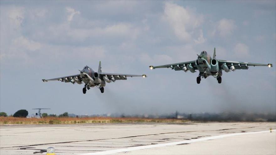 Aviones de combate rusos Sujoi Su-25 despegan de la base aérea de Hmeimim, situada en la provincia costera siria de Latakia. (Foto: Sputnik)