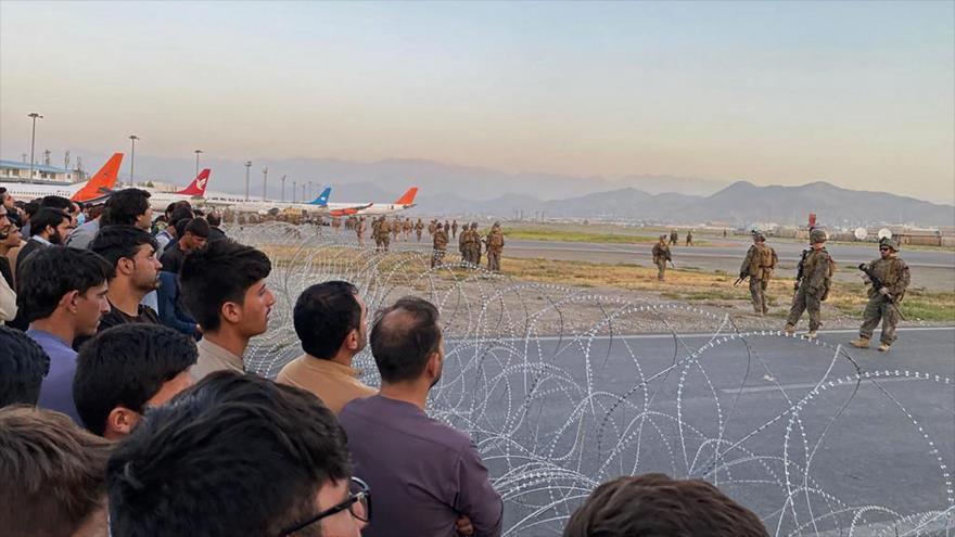Vídeo: 3 afganos caen de avión de EEUU mientras intentaban huir