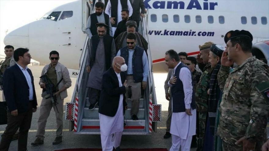 Ashraf Qani (c) llega al aeropuerto de Mazar Sharif, 11 de agosto de 2021. (Foto: Reuters)