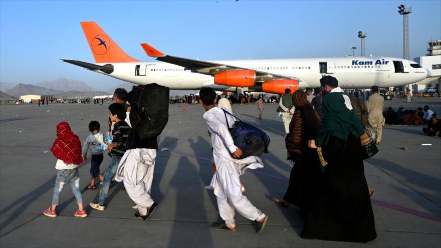 Afganos intentan abandonar su país, aeropuerto de Kabul, la capital de Afganistán, 16 de agosto de 2021. (Foto: AFP)