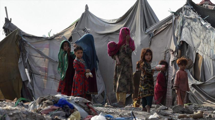 Niños refugiados afganos fuera de las tiendas de campaña en el área de Basti en las afueras de Lahore, en Paquistán, 19 de junio de 2021. (Foto: AFP)