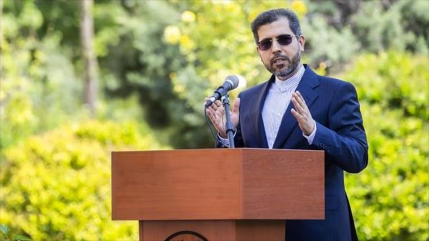 El portavoz de la Cancillería de Irán, Said Jatibzade, habla en una rueda de prensa en Teherán, la capital.
