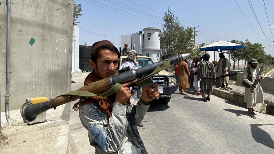 Un miembro del grupo armado Talibán frente al edificio del Ministerio afgano del Interior en Kabul, 17 de agosto de 2021. (Foto: AFP)