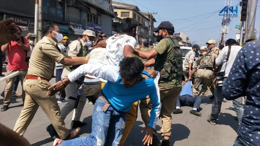 Vídeo: Policía india reprime procesión musulmana en Cachemira