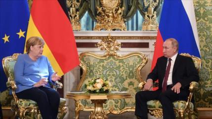 Desafío para EEUU: Putin habla con Merkel, le pide influir en Kiev