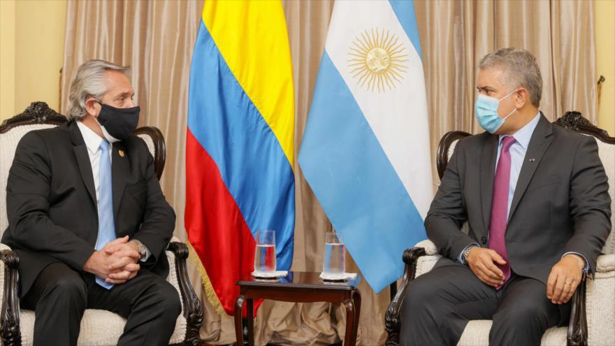 El presidente argentino Alberto Fernández (izq), y su homólogo colombiano, Iván Duque, Lima, Perú, 28 de julio de 2021. (Foto: AFP)