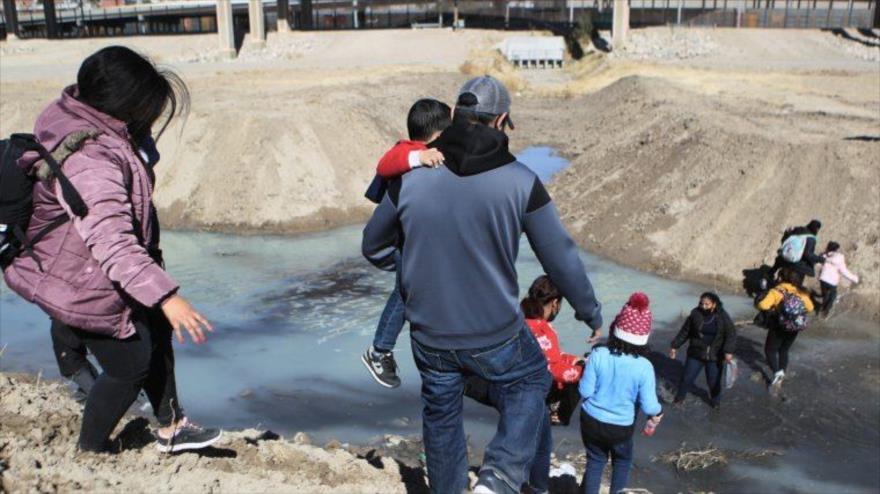 Migrantes centroamericanos cruzan el Rio Bravo hacía EE.UU., desde la fronteriza Ciudad Juárez, en Chihuahua, México, febrero de 2021. (Foto: EFE)
