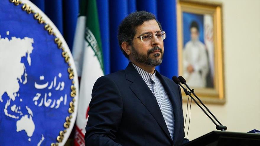 El portavoz de la Cancillería iraní, Said Jatibzade, habla durante una rueda de prensa en Teherán, capital de Irán, 28 de junio de 2021. (Foto: FARS)