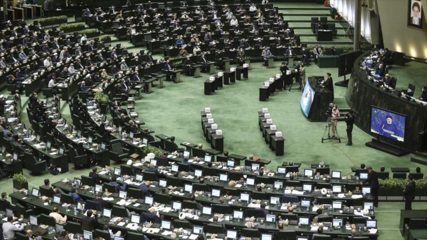 El presidente de Irán, Seyed Ebrahim Raisi, habla en el último debate del Parlamento para evaluar a sus ministros nominados, 25 de agosto de 2021.