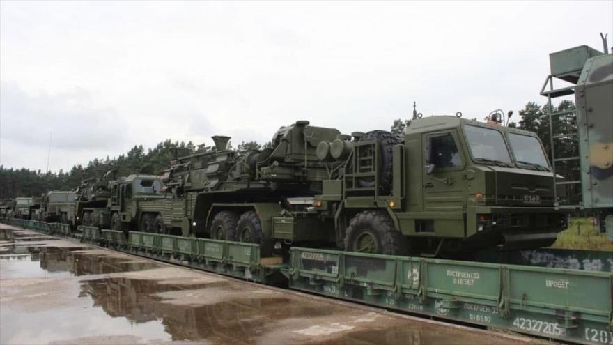 """La caravana de misiles de defensa aérea S-400 """"Triumph"""" de Rusia rumbo a la región de Grodno en Bielorrusia."""