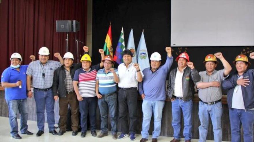 El expresidente de Bolivia Evo Morales (centro) con representantes de sectores sociales en Cochabamba, 30 de agosto de 2021.
