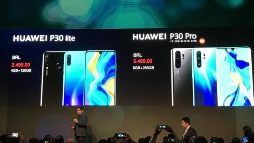 Panel muestra teléfonos chinos a público en Brasil.