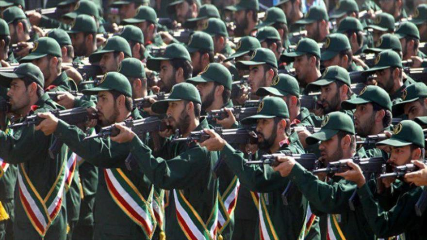 Integrantes del Cuerpo de Guardianes de la Revolución Islámica (CGRI) de Irán durante un desfile militar.