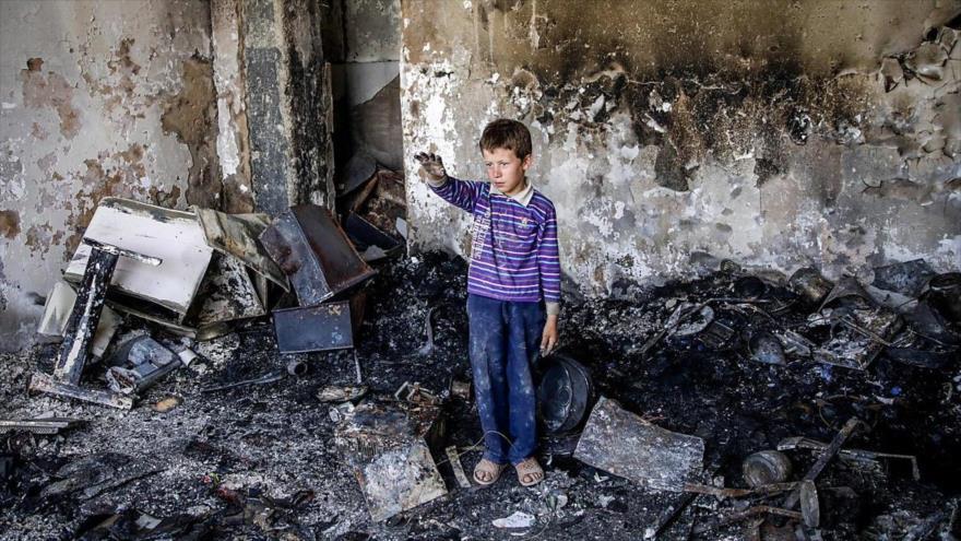 Un niño afgano permanece en su habitación destrozada en un ataque suicida en Kabul, capital de Afganistán.