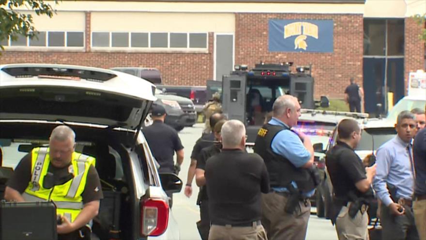 Agentes de policía desplegados hasta la escuela secundaria de la localidad de Winston-Salem, en Carolina del Norte (EE.UU.). 2 de septiembre de 2021
