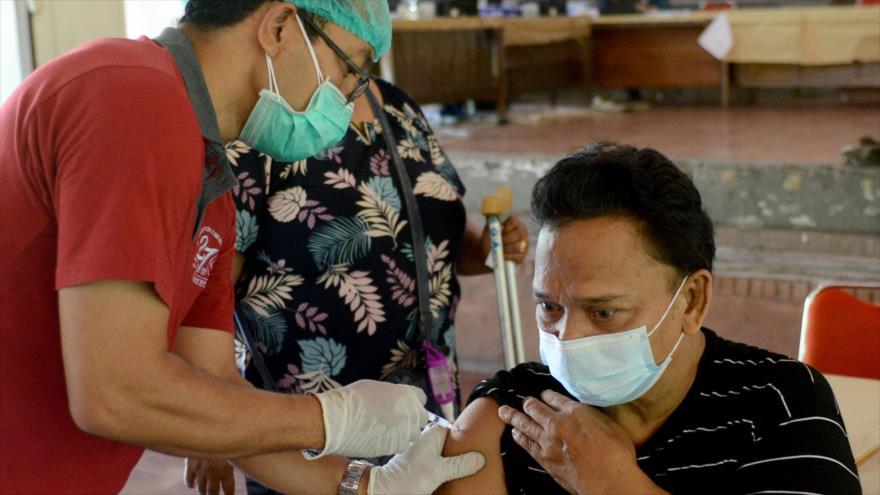 Un hombre recibe vacuna contra el coronavirus en un centro de vacunación en Denpasar, en la isla de Bali, Indonesia, 24 de agosto de 2021. (Foto: AFP)