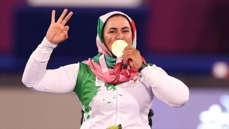 La arquera iraní, Zahra Nemati, posa para una foto después de ganar la medalla de oro en los Juegos Paralímpicos de 2020, 2 de septiembre de 2021.