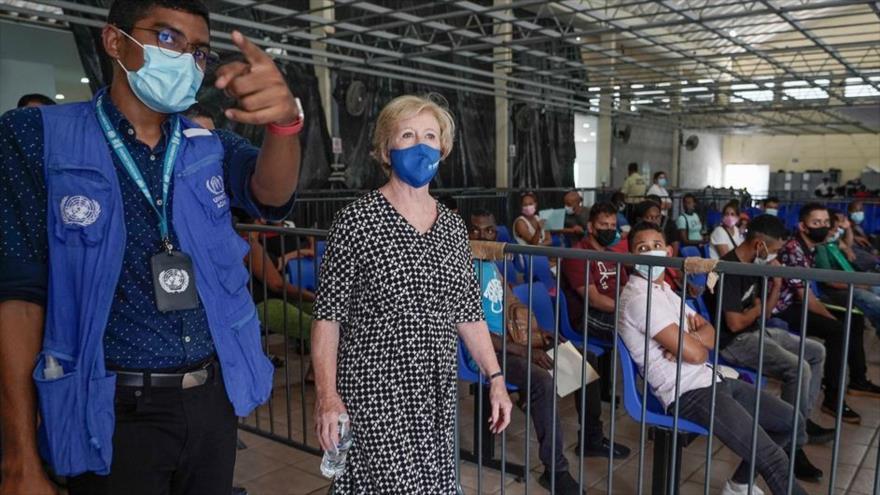 La alta comisionada adjunta de Protección de ACNUR, Gillian Triggs, recorre en una visita a la ciudad de Tapachula, en el sur de México.