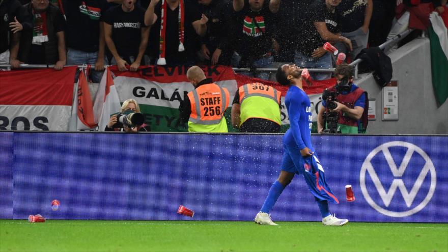 Hinchas húngaros arrojan objetos contra el delantero inglés Raheem Sterling tras anotar un gol en Budapest, 2 de septiembre de 2021. (Foto: AFP)