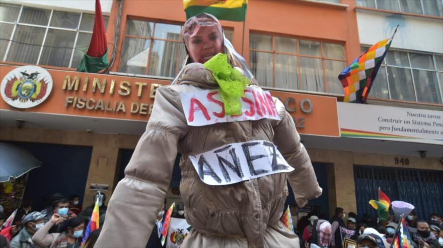 Familiares de víctimas del golpe en Bolivia queman muñeco de Áñez