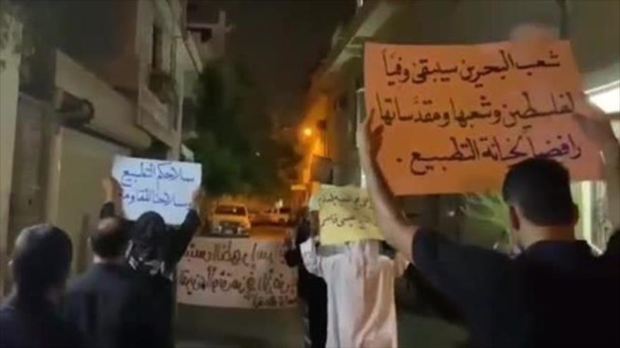Manifestantes bareiníes protestan en Al-Daih contra el acercamiento diplomático entre los regímenes de Manama y Tel Aviv, 3 de septiembre de 2021.