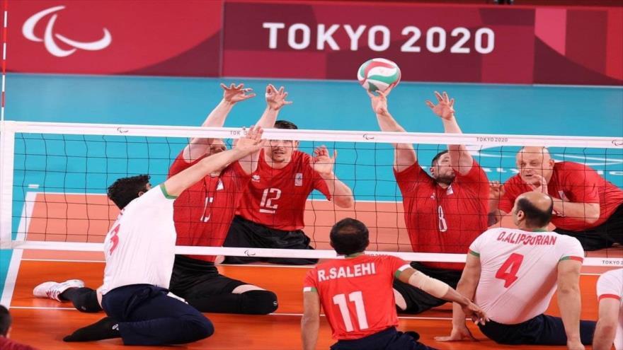 El equipo de voleibol sentado de Irán en un partido con la selección de Rusia en los 16º Juegos Paralímpicos de Tokio. (Fuente: YJC)