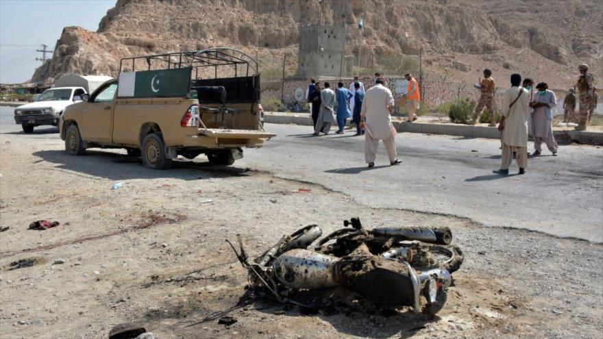 Una moto calcinada tras un ataque suicida en Quetta, oeste de Paquistán, 4 de septiembre de 2021. (Foto: AP)