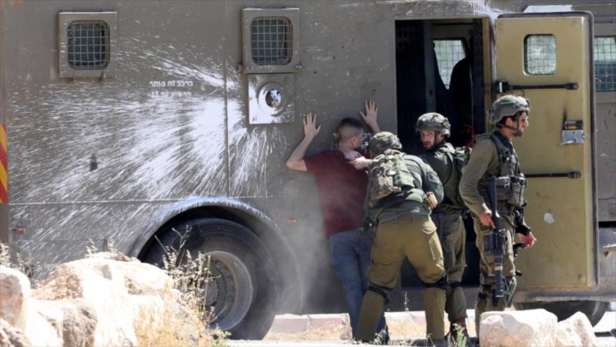 Las fuerzas israelíes arrestan a un manifestante palestino durante una protesta cerca de la ciudad cisjordana de Yenín. (Foto: EPA)