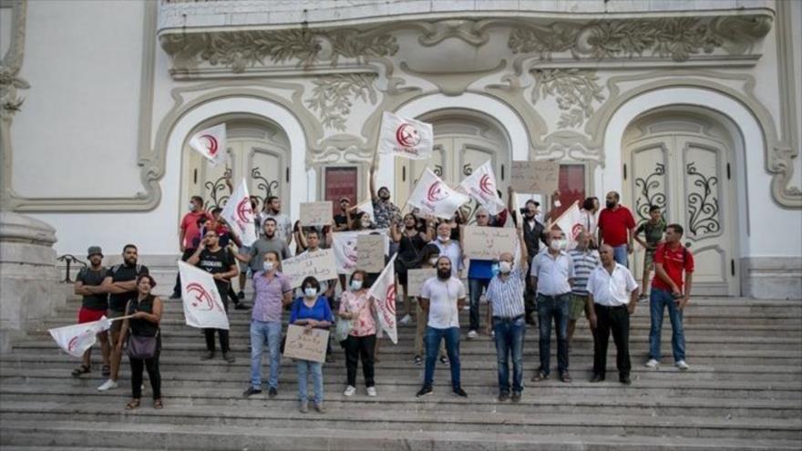 Manifestantes tunecinos portan pancartas contra el arribo de una delegación estadounidense a Túnez, 5 de septiembre de 2021. (Foto:Arabi21)
