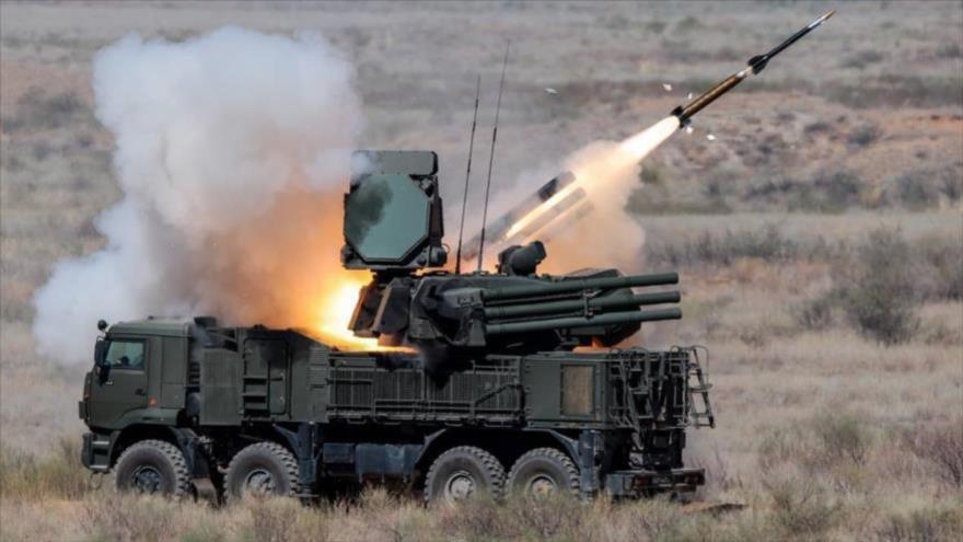 Sistema de defensa aérea Pantsir-S1 de Rusia lanza un misil durante un ejercicio militar.