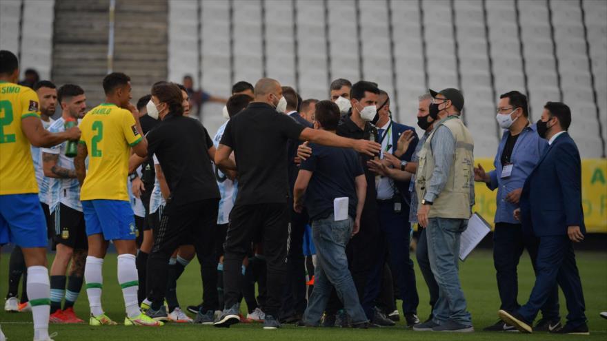 Las autoridades sanitarias de Brasil ingresan al campo durante el partido contra Argentina, 5 de septiembre de 2021. (Foto: AFP)