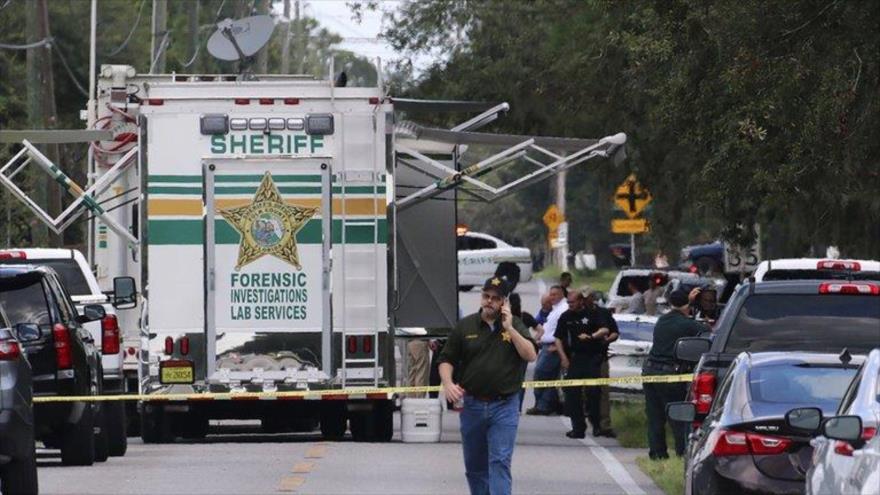 Policías del condado de Polk, en Florida, trabajan en la escena de un tiroteo. 5 de septiembre de 2021 (AP Foto/Lakeland Ledger, Michael Wilson)