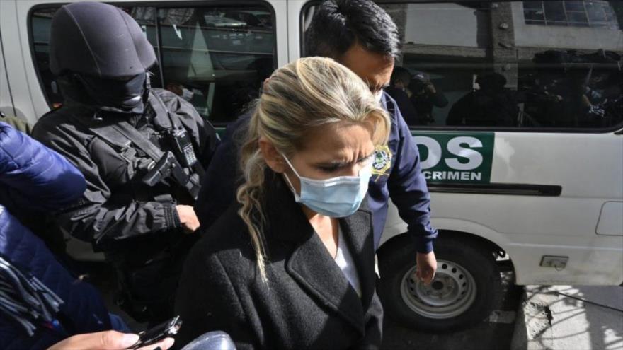 La expresidenta de facto boliviana Jeanine Áñez, es escoltada por policías de la Fuerza Especial contra el Crimen (FELCC), 13 de marzo de 2021. (Foto: AFP)